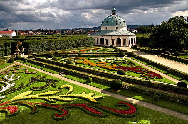 Rotunda a květinové záhony z terasy kolonády, Květná zahrada